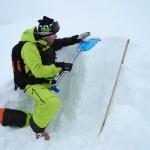 Vor dem Erstellen des Lo.La wird nach Wetteränderungen ein Schneeprofil gegraben.
